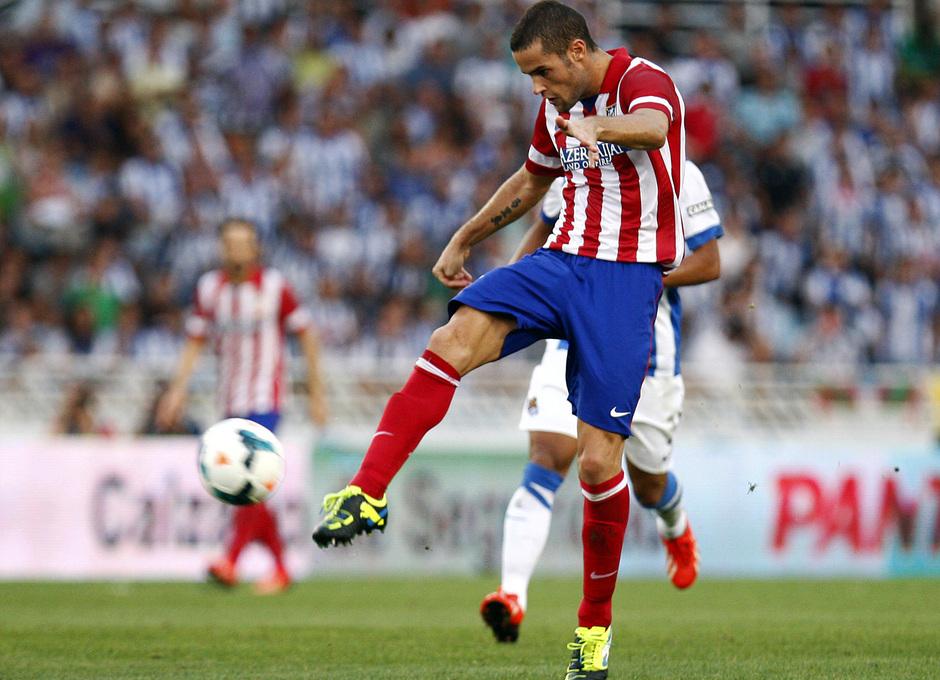 Temporada 2013/2014 Real Sociedad - Atlético de Madrid Mario Suárez chutando el balón