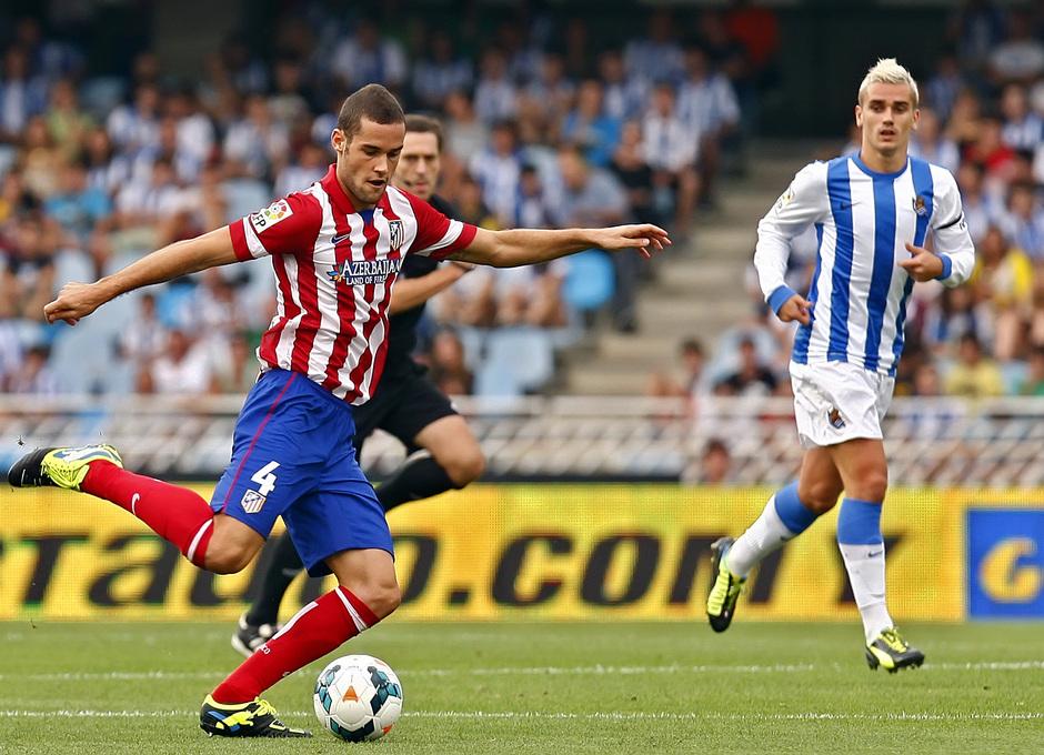 Temporada 2013/2014 Real Sociedad - Atlético de Madrid Mario Suárez lanzando el balón