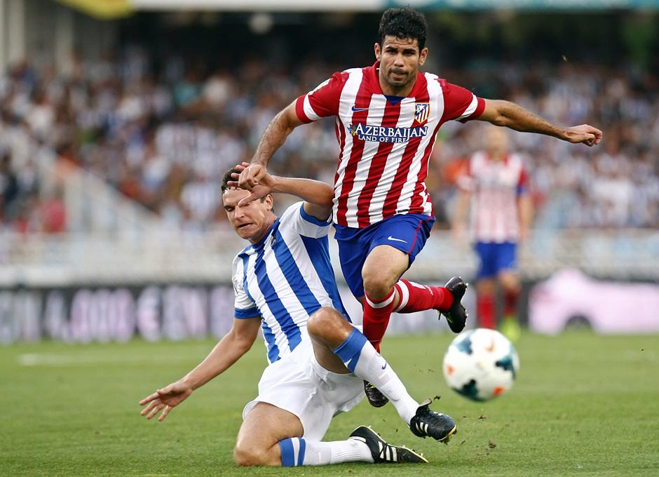 Temporada 2013/2014 Real Sociedad - Atlético de Madrid Diego Costa escapándose de un jugador de la Real