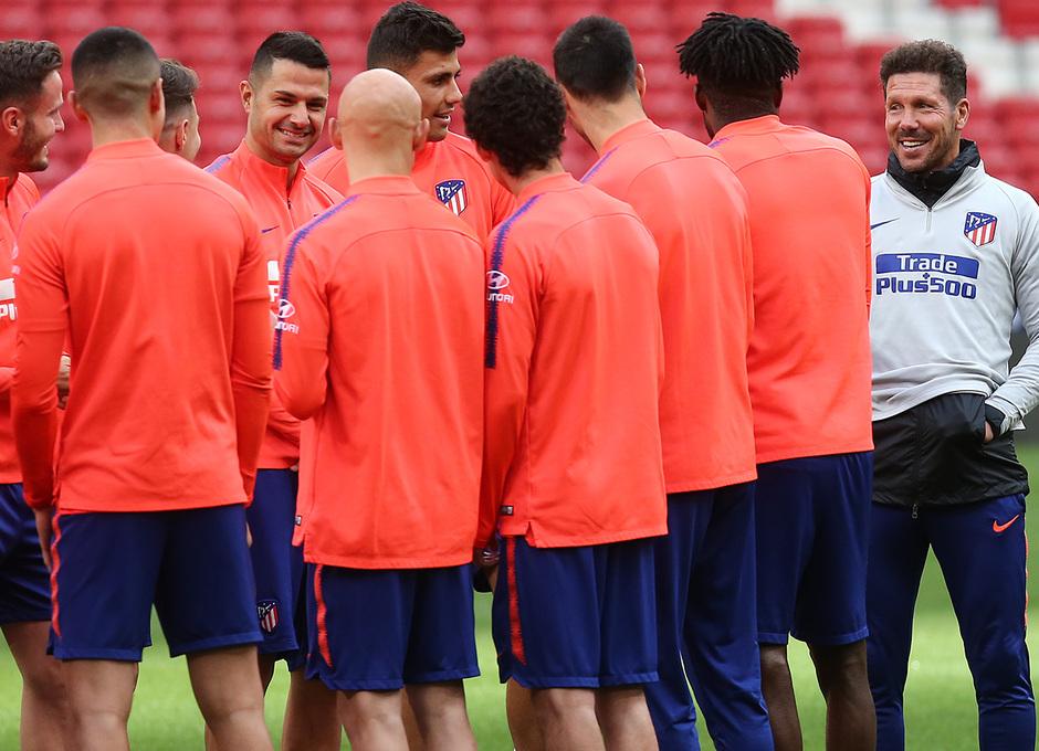 Temporada 18/19. Entrenamiento en el Wanda Metropolitano. Simeone bromeando durante el entrenamiento.