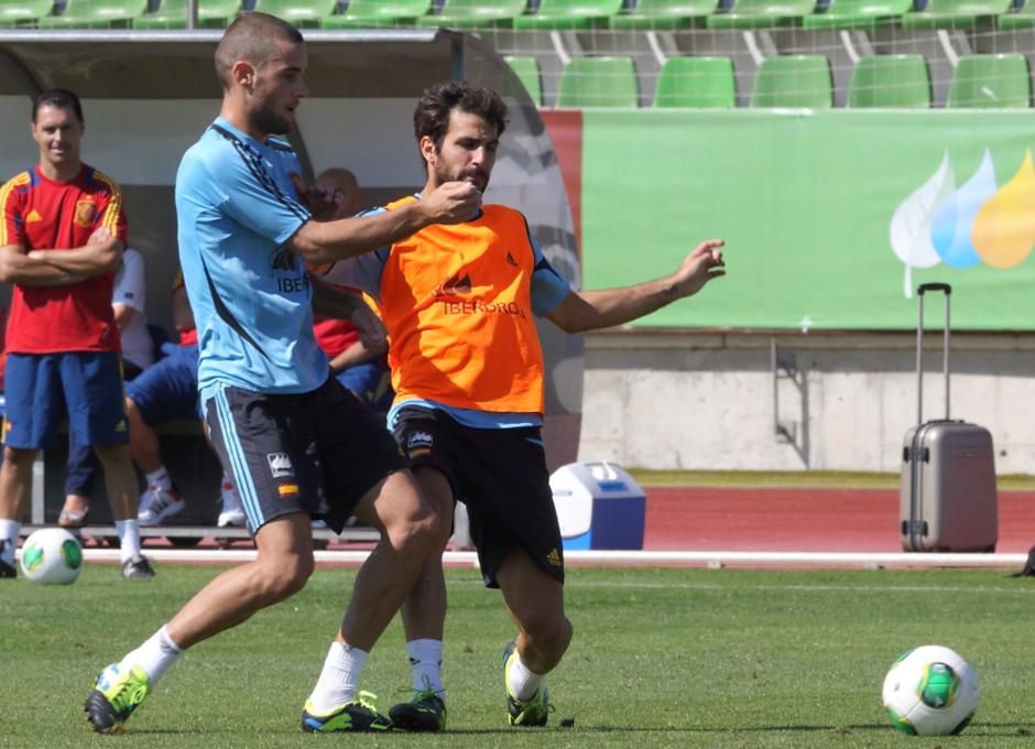 Mario Suárez y Cesc Fábregas disputan un balón en el entrenamiento realizado el miércoles 4 de septiembre en La Ciudad del Fútbol