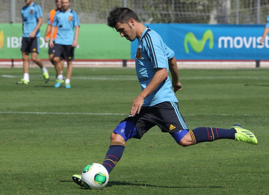 David Villa dispara a puerta en el entrenamiento de la selección el miércoles 4 de septiembre en La Ciudad del Fútbol