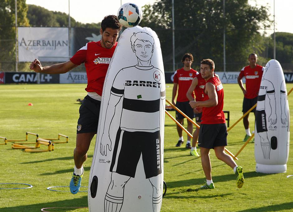 Temporada 13/14. Entrenamiento. Equipo entrenando en los Ángeles de San Rafael, Raúl García rematando entre muñecos en el entrenamiento