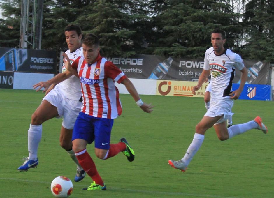 Aquino se escapa por velocidad de dos defensores del Tudelano en el partido que el Atlético B empató a dos goles