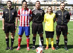 Temporada 2013-2014. Las capitanas del Féminas y Sevilla posan con el trío arbitral