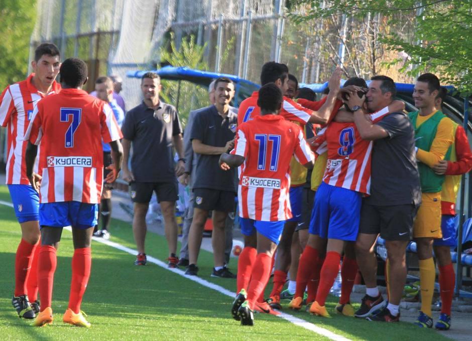 Jony celebra con Oscar Mena y el banquillo su gol, que suponía el 2-1 ante Los Yébenes en la Ciudad Deportiva