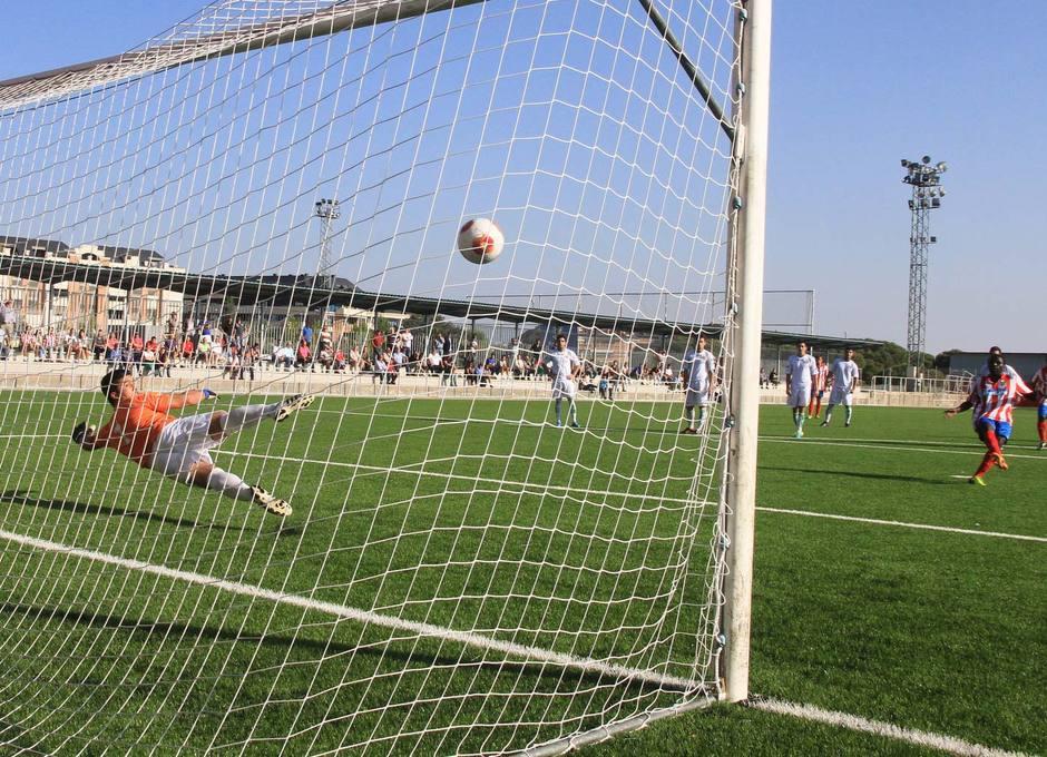 Pato transforma el penalti cometido sobre Jony y  que supuso el 3-1 del Atlético C ante Los Yébenes