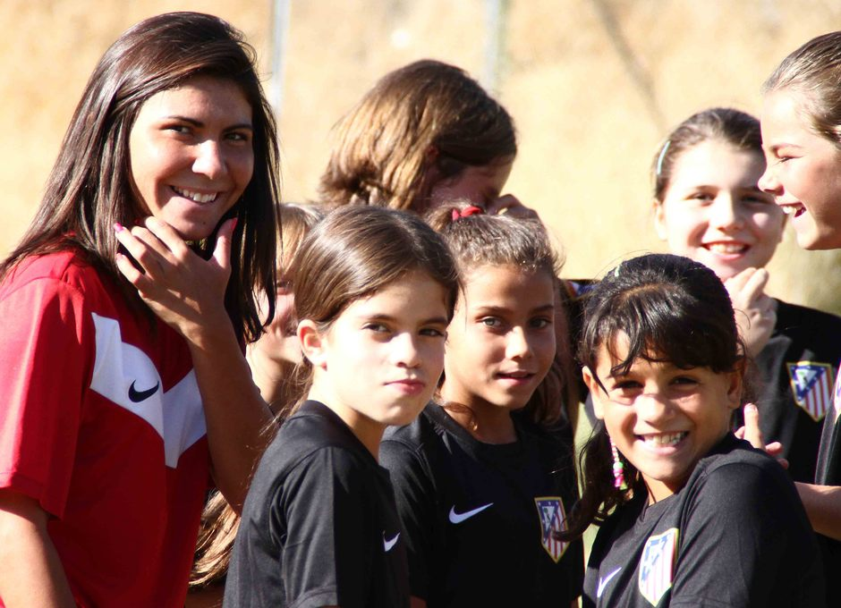Temporada 2013-2014. Borges y sus jugadoras sonrien durante una acción del entrenamiento