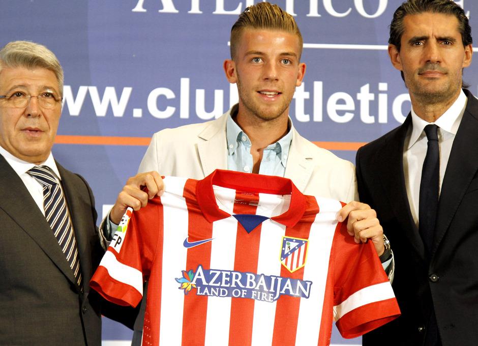 Enrique Cerezo y José Luis Pérez Caminero posan con Alderweireld tras el acto de presentación del jugador