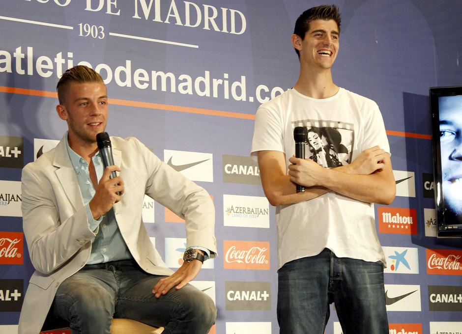Courtois estuvo al lado de su compañero de selección Alderweireld en su presentación como nuevo rojiblanco