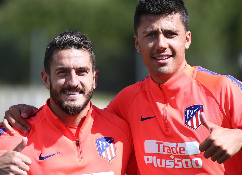 Temporada 18/19. Entrenamiento en la ciudad deportiva Wanda. Koke y Rodrigo durante el entrenamiento.