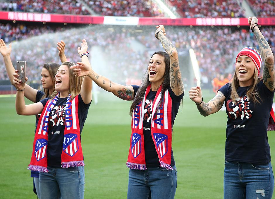 Temp. 2018-19   Atlético de Madrid - Sevilla   Celebración Atlético de Madrid Femenino   Menayo, Lola Gallardo y Jenni Hermoso