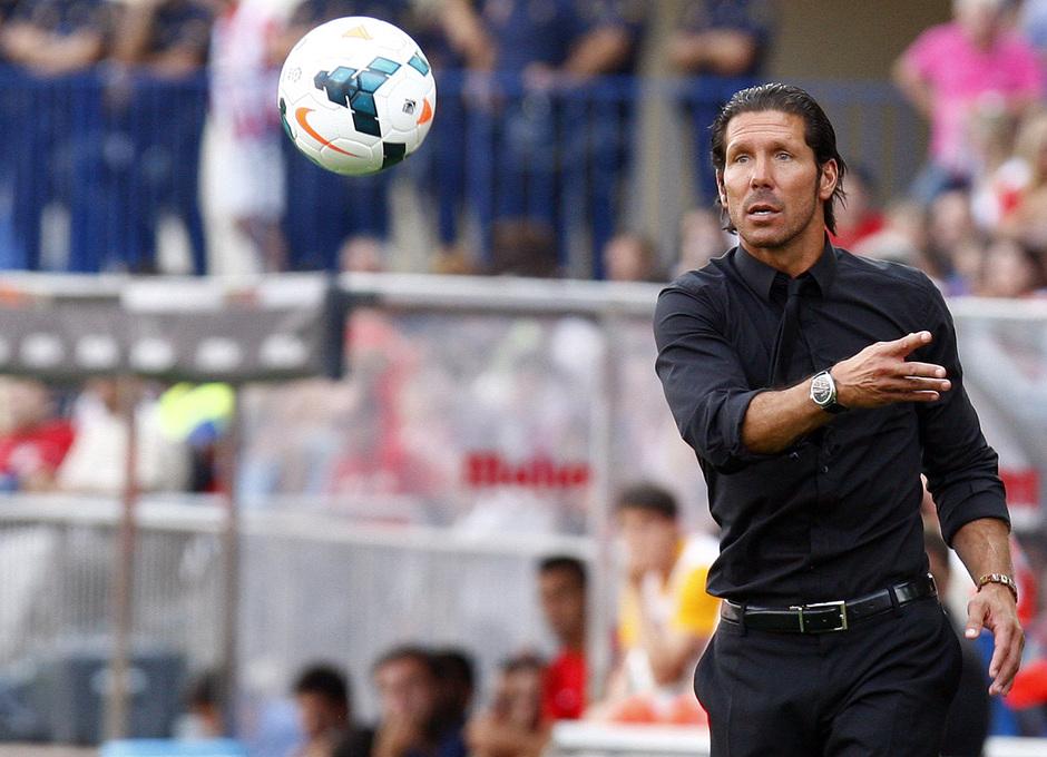 Temporada 13/14. Partido Atlético de Madrid Almería. Simeone pasando un balón con la mano