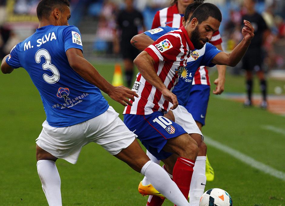 Temporada 13/14. Partido Atlético de Madrid Almería. Arda luchando un balón
