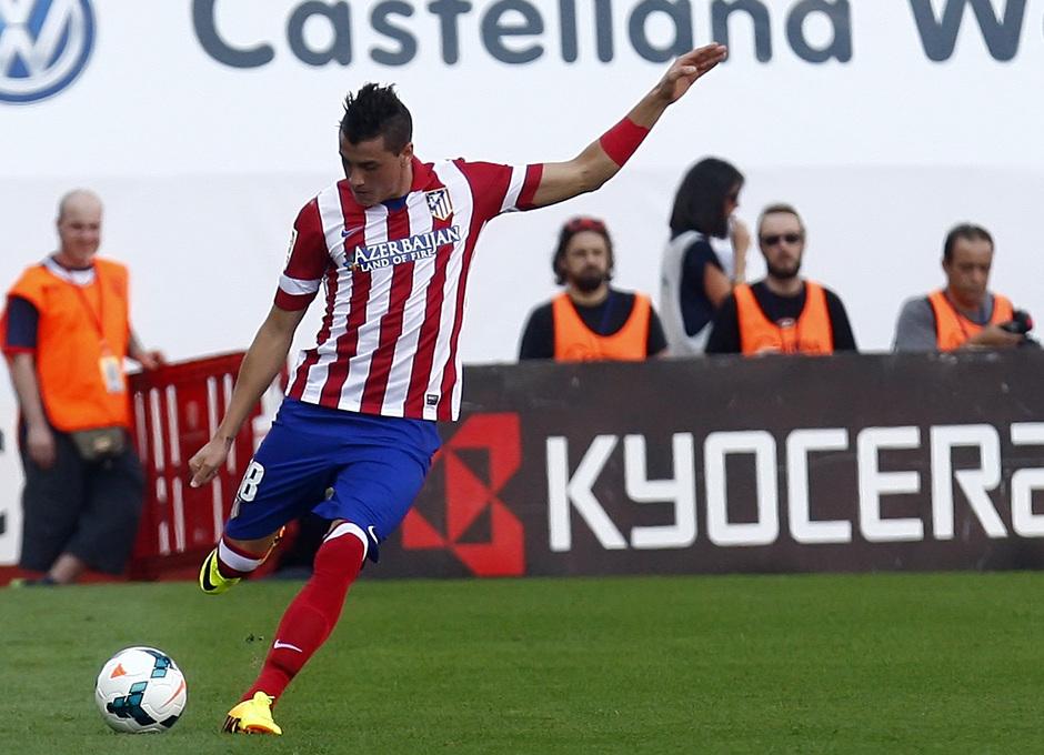 Temporada 13/14. Partido Atlético de Madrid Almería. Giménez con el balón