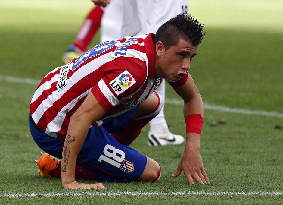 Temporada 13/14. Partido Atlético de Madrid Almería. Giménez en el suelo