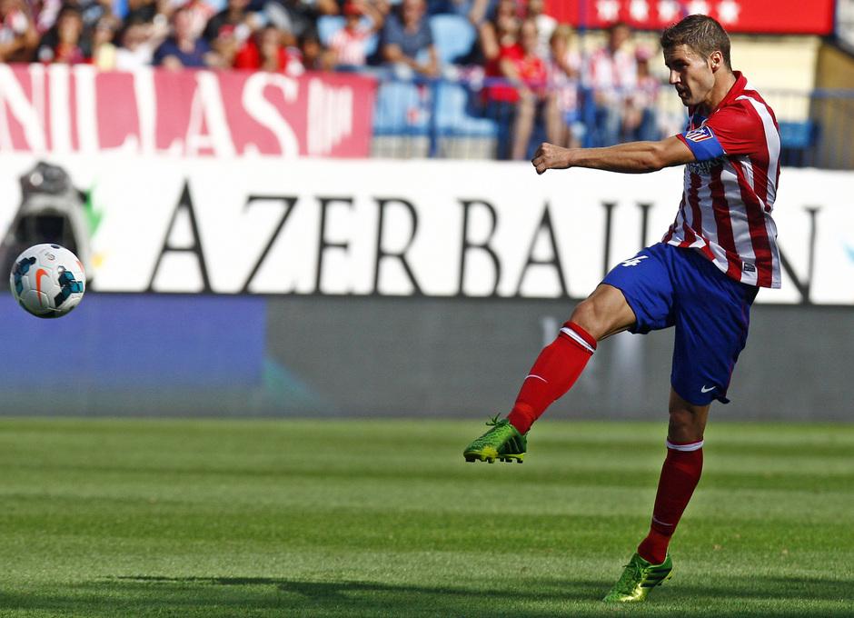 Temporada 13/14. Partido Atlético de Madrid Almería. Gabi disparando a puerta