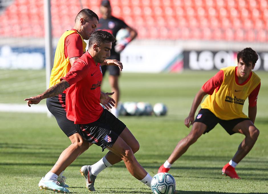 Temporada 19/20. Entrenamiento en la ciudad deportiva Wanda. Carlos Isacc realizando ejercicios durante el entrenamiento