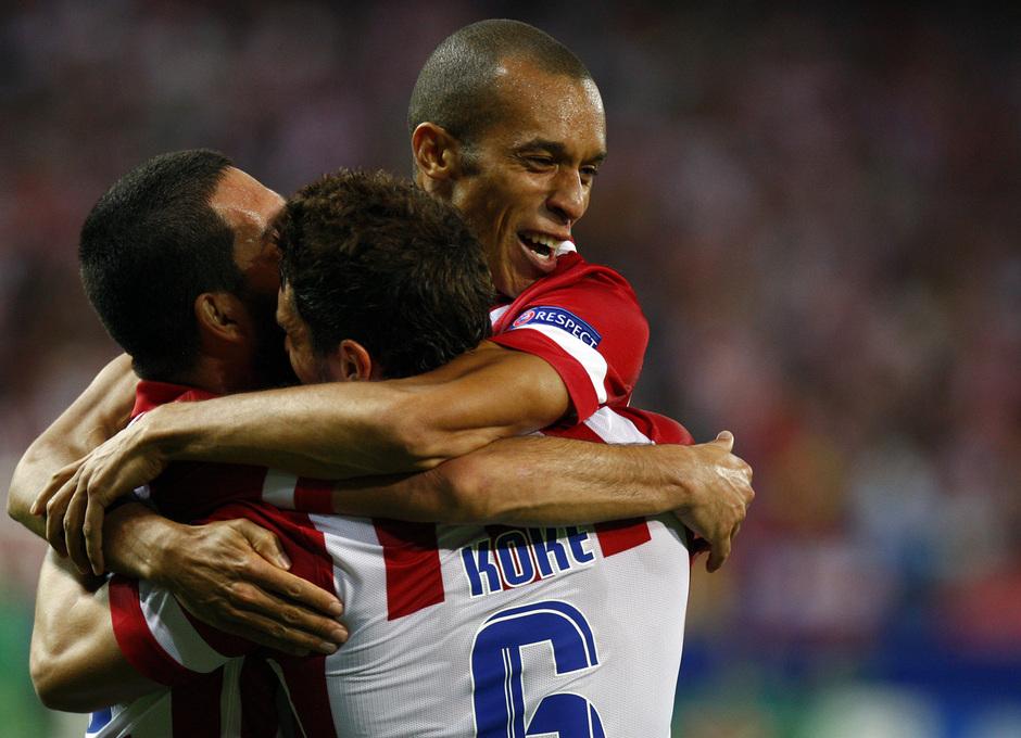 Temporada 2013/2014 Atlético de Madrid - Zenit Miranda abrazado a Arda Turan y Koke