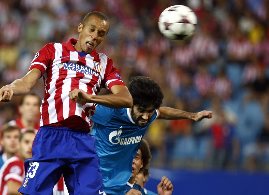 Temporada 2013/2014 Atlético de Madrid - Zenit Miranda rematando de cabeza a gol