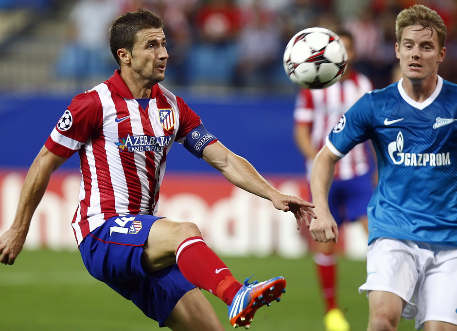Temporada 2013/2014 Atlético de Madrid - Zenit Gabi controlando la pelota