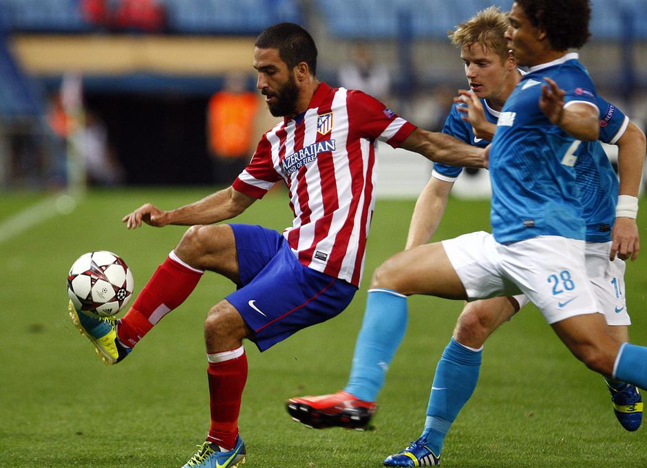 Temporada 2013/2014 Atlético de Madrid - Zenit Arda Turan controlando el balón