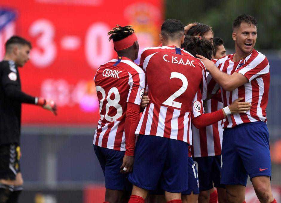 Los jugadores del Atlético B celebran el tercer gol ante Las Palmas Atlético, obra de Alberto Salido