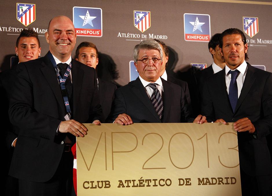 Temporada 13/14. Firma de acuerdo entre Atlético de Madrid y Kinépolis. Cerezo y Simeone posando con la tarjeta