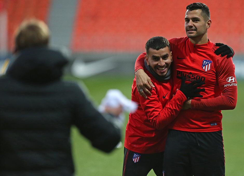 Temporada 19/20. Entrenamiento en la ciudad deportiva Wanda.  Vitolo y Correa realizando ejercicios durante el entrenamiento