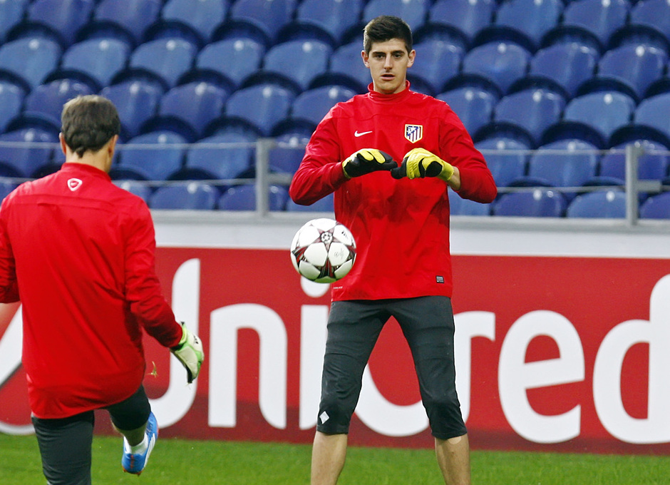 temporada 13/14.Entrenamiento Champions. Estadio Do Dragao. Courtois atajando un balón