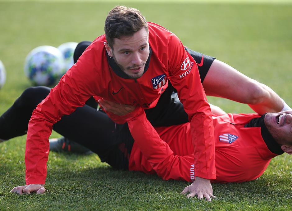 Temporada 19/20. Entrenamiento en la ciudad deportiva Wanda. Saúl y Morata realizando ejercicios durante el entrenamiento