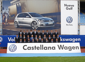temporada 13/14. presentación Volksewagen. Equipo posando con publicidad de Volkswagen en el estadio