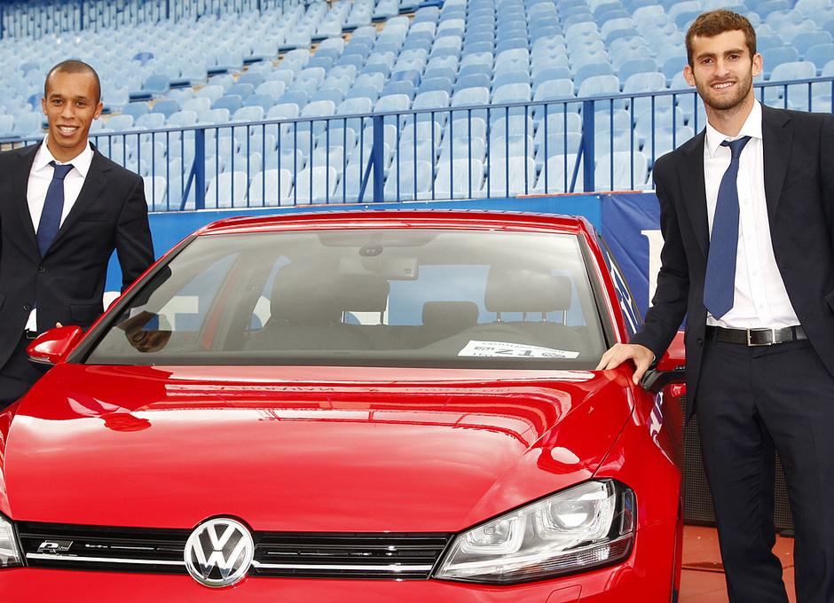 temporada 13/14. presentación Volksewagen. Miranda y Leo posando con su  Volkswagen en el estadio