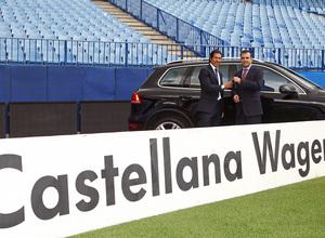 temporada 13/14. presentación Volksewagen. Simeone con su  Volkswagen en el estadio