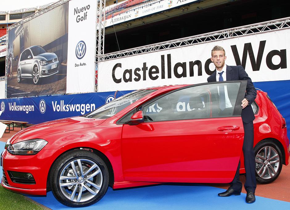 temporada 13/14. presentación Volksewagen. Toby con su  Volkswagen en el estadio