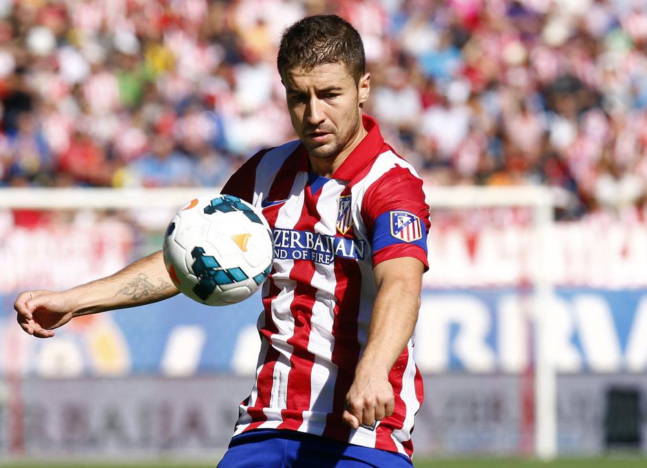 Temporada 13/14. Partido Atlético de Madrid-Celta. Vicente Calderón. Gabi controlando un balón con el pecho