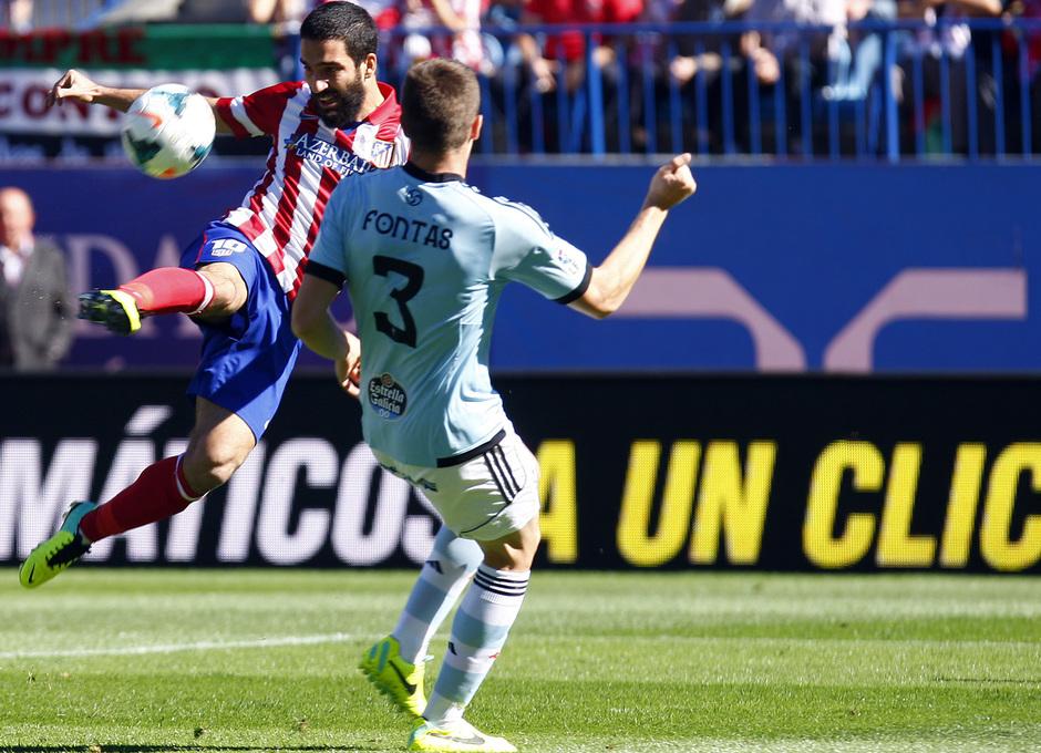 Temporada 13/14. Partido Atlético de Madrid-Celta. Vicente Calderón. Arda disparando a puerta