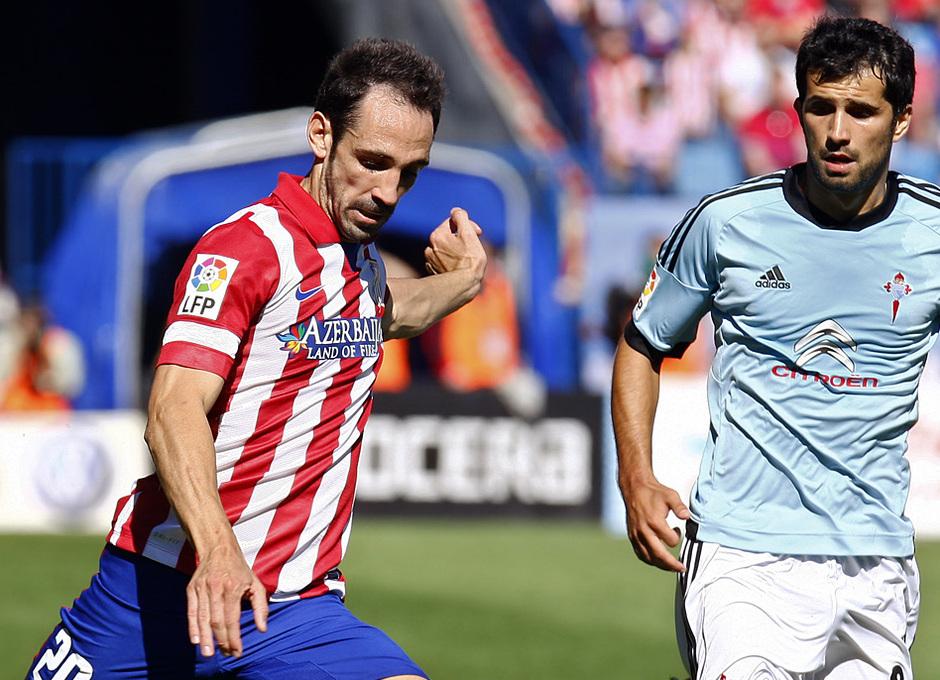 Temporada 13/14. Partido Atlético de Madrid-Celta. Vicente Calderón. Juanfran disparando a puerta