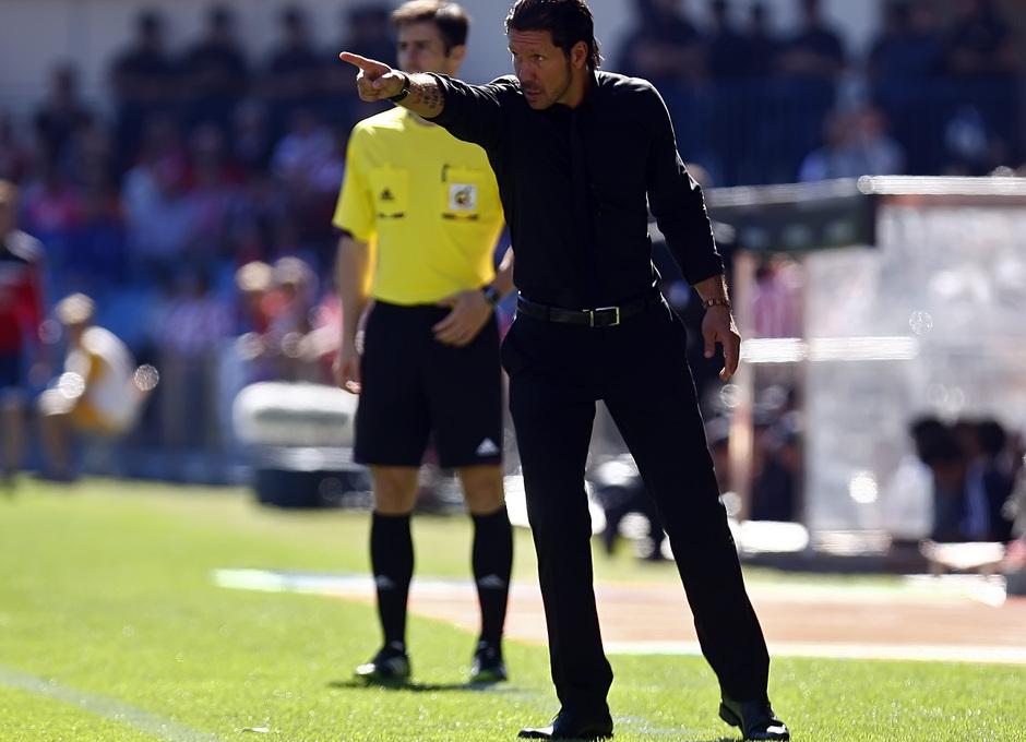 Temporada 13/14. Partido Atlético de Madrid-Celta. Vicente Calderón. Simeone dando órdenes durante el partido