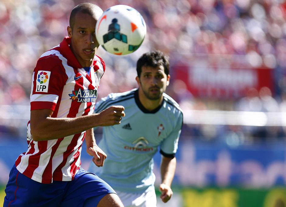 Temporada 13/14. Partido Atlético de Madrid-Celta. Vicente Calderón. Miranda con el balón