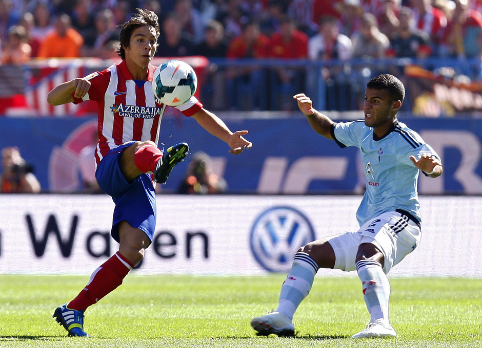 Temporada 13/14. Partido Atlético de Madrid-Celta. Vicente Calderón. Óliver regateando a un rival
