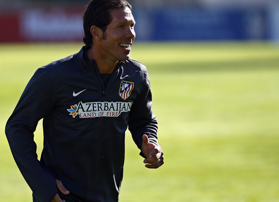 Temporada 13/14. Entrenamiento. Equipo entrenando en Majadahonda. Simeone sonriendo durante el entrenamiento