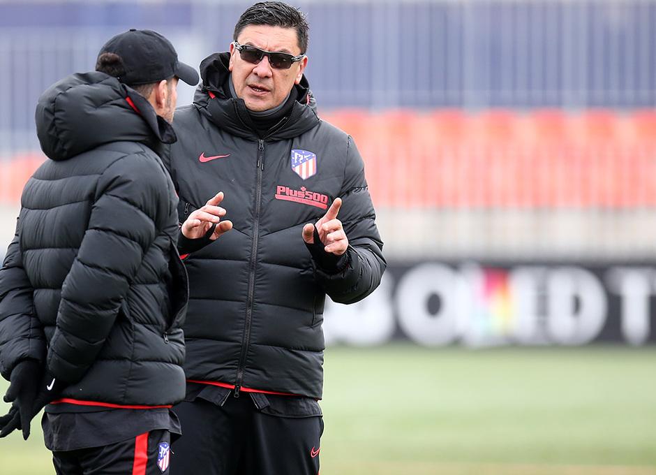 Temporada 19/20. Entrenamiento en la ciudad deportiva Wanda. Burgos y Simeone realizando ejercicios durante el entrenamiento