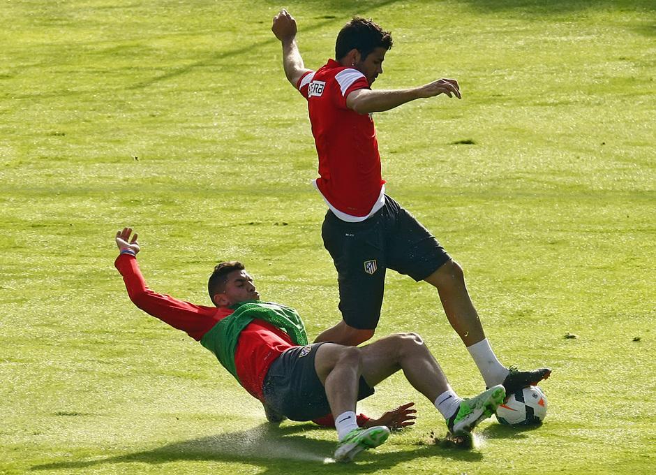 Temporada 13/14. Entrenamiento. Equipo entrenando en Majadahonda. Diego Costa recibe la falta de un canterano