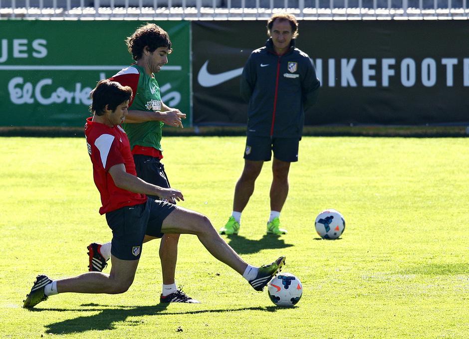 Temporada 13/14. Entrenamiento. Equipo entrenando en Majadahonda. Tiago luchando un balón con Nacho