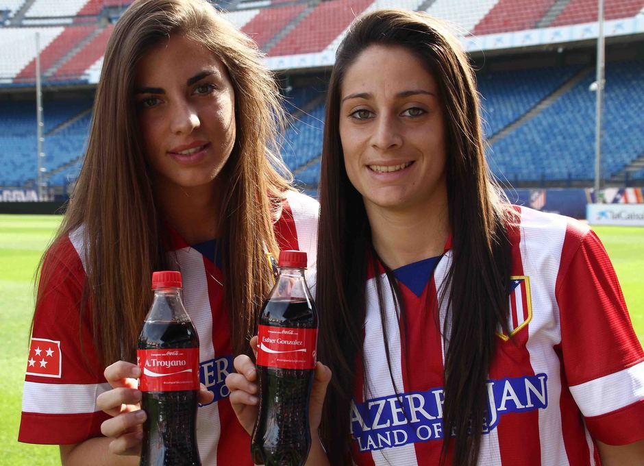 Temporada 2013-2014. Troyano y Esther posan con los embases personalizados de Coca-Cola