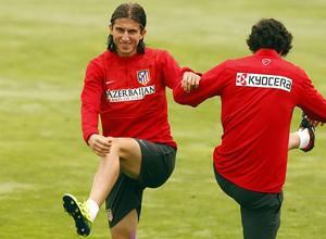 Temporada 13/14. Entrenamiento. Equipo entrenando en Majadahonda. Filipe y Tiago estirando