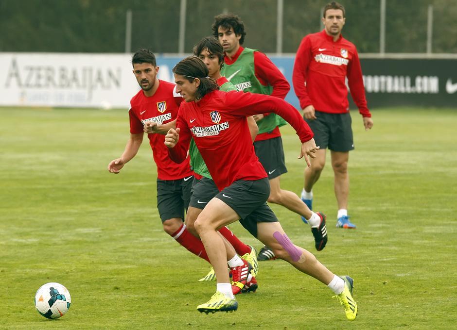 Temporada 13/14. Entrenamiento. Equipo entrenando en Majadahonda. Filipe con el balón ante Villa y Óliver