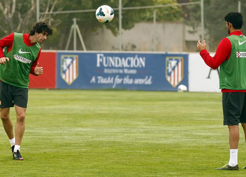 Temporada 13/14. Entrenamiento. Equipo entrenando en Majadahonda. Tiago golpeando un balón con la cabeza