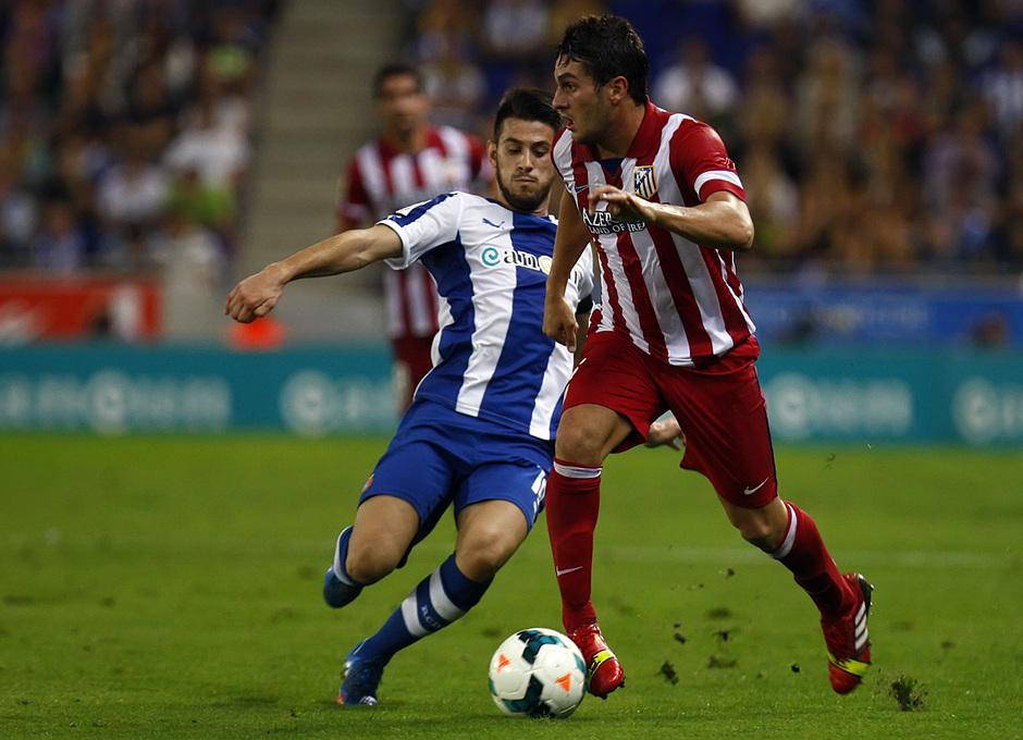 Koke conduciendo el balón ante la presión de un jugador del Espanyol